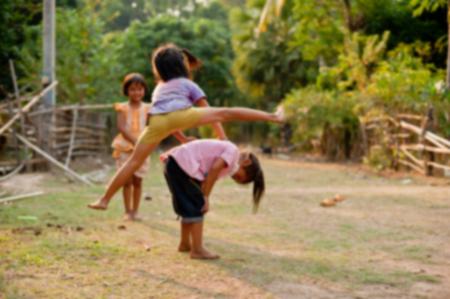I bambini non identificati del Laos gioco e il divertimento di bambini in villaggio di campagna in Champasak, Laos