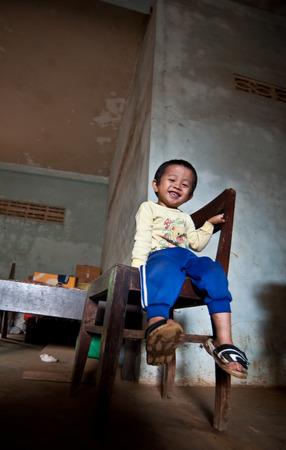 unicef: Pakse, Laos, il 14 agosto: Un non identificato Laos bambino seduto a mangiare in casa di Pakse, Laos il 14 agosto 2010