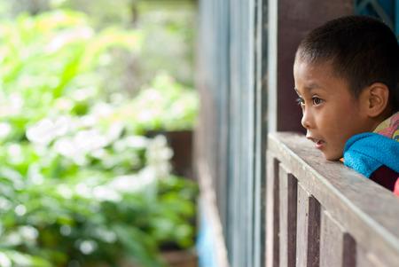 unicef: CHIANG MAI THAILANDIA - 23 ottobre: ??i bambini non identificati mangiare spuntini nel loro villaggio il 23 ottobre 2009 a Chiang Mai, Thailandia