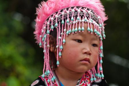 CHIANG MAI, Thailandia - ottobre 25: Ritratto di non identificati Akha tribù della collina bambini con tradizionale a Wat Phra That Doi Suthep il 25 ottobre 2009 a Chiang Mai, Thailandia. Editoriali