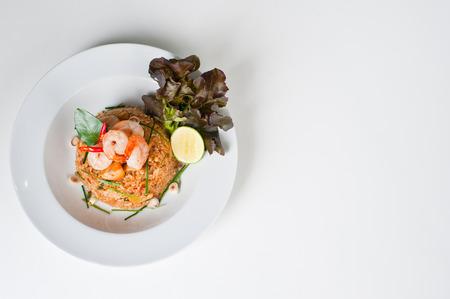 唐辛子とエビ (カオ ・ パッド トム ヤム クン) のチャーハンタイのスパイシーな料理 (タイ料理)
