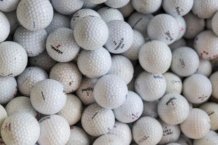 PATTATA THAILAND 4 OKTOBER: Witte golfballen van een stapel in de doos op 4 oktober 2015 in Pattaya Chonburi, Thailand. Redactioneel