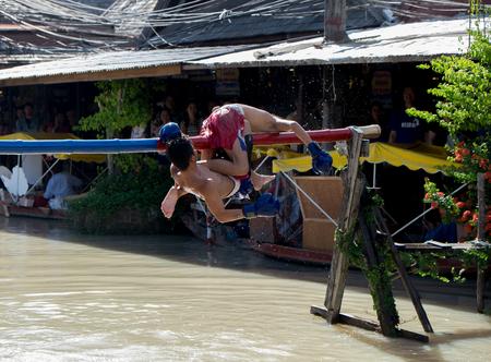 niños actuando: PATTATA THAILAND OCTOBER 4: Unidentified men fight for ocean boxing in Pattaya floating market on October 4, 2015. at Pattaya Chonburi, Thailand. Ocean boxing is a tradition of Thailand.