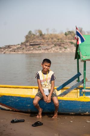 CHAMPASAK, LAOS - 26 febbraio: i bambini non identificati posti a sedere e divertimento rilassarsi in barca il 26 febbraio 2011 in Champasak, Laos