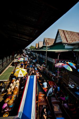 saduak: DAMNOEN SADUAK - March 25 : Damnoen Saduak Floating Market Featuring many small boats laden with colourful fruits, vegetables and Thai cuisine March 25, 2007 in DAMNOEN SADUAK THAILAND