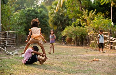 CHAMPASAK, LAOS - 26 febbraio: I bambini non identificati del Laos giocare e divertimento dei bambini nel villaggio di campagna il 26 febbraio 2011 in Champasak, Laos Editoriali