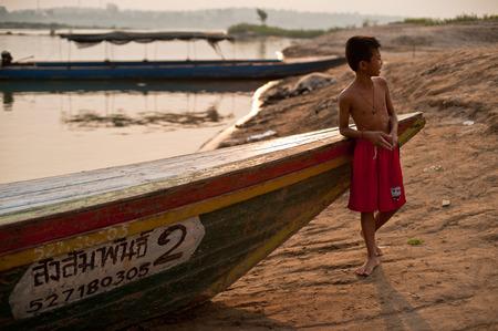 CHAMPASAK, LAOS - 26 febbraio: Bambino non identificato del Laos stare in barca a coda lunga il 26 febbraio 2011 in Champasak, Laos