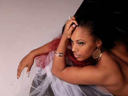 mujeres africanas: Hermosa mujer negro por el que se establecen  Foto de archivo