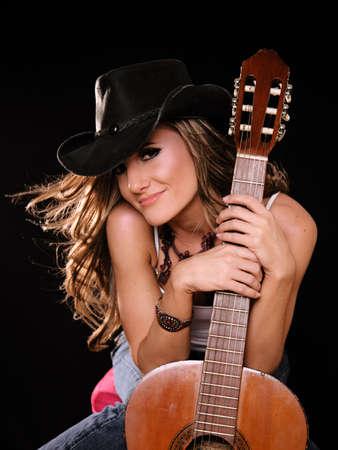 cowgirl hat: Hermosa mujer en el pa�s Westren Moda Holing Una guitarra  Foto de archivo