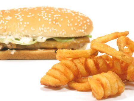 hamburguesa de pollo: Twister fritas con hamburguesa de pollo asado antecedentes aislados en blanco