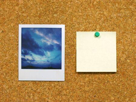 note of exclamation: Foto andamp, amplificador, post-it sobre corkboard  Foto de archivo