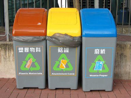 waste paper: las papeleras de reciclaje de botellas de pl�stico, latas de aluminio y residuos de papel