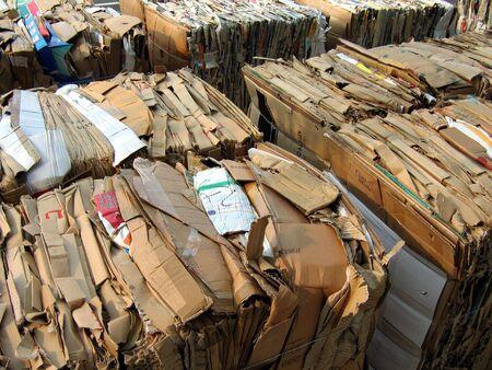 Würfel von verpacktem Papier und Wellpappe Zeitung bereit, Recycling