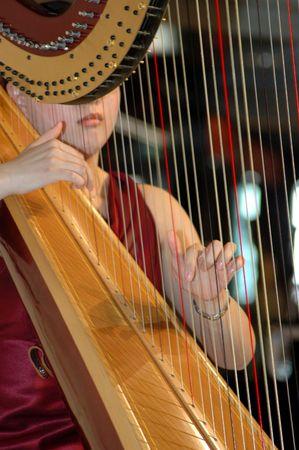 Femme musicienne jouant de la harpe