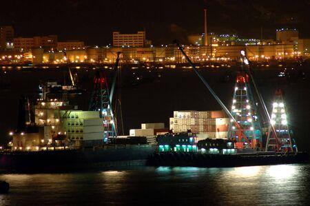 seafreight: Los buques de carga en el habour trabajan en la noche Foto de archivo