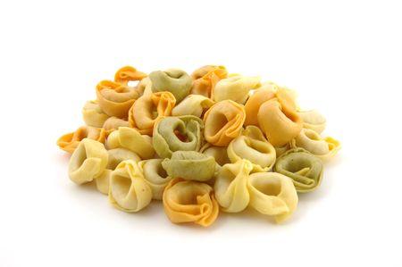 semolina paste: Secco tortellini tricolore in bianco isolato