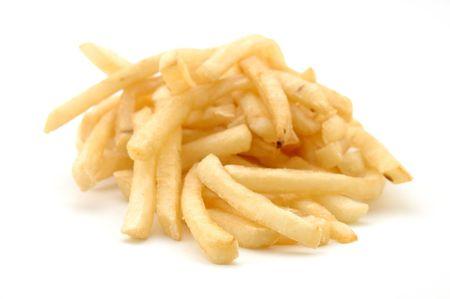 Pommes frites dans le blanc disolement avec le DOF peu profond