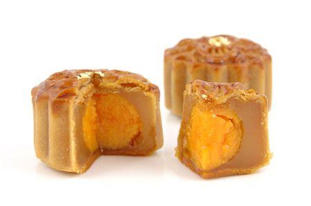 graine lotus: Mooncake cutted avec p�te de graines de lotus et de jaunes d'oeufs dedans, isol�s fond blanc