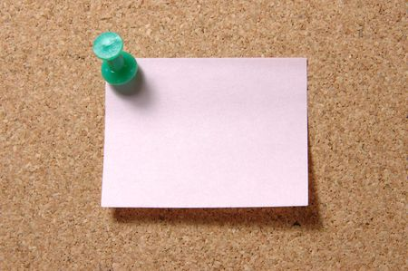 memorise: Red post-it note with green pushpin on corkboard Stock Photo