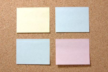 avviso importante: Quattro colorato post-it note sul corkboard  Archivio Fotografico