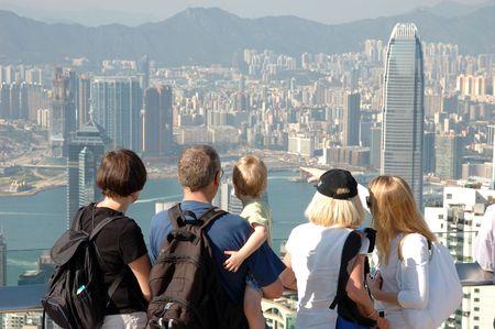 familia viaje: Familia turismo de Hong Kong en el horizonte de pico Foto de archivo