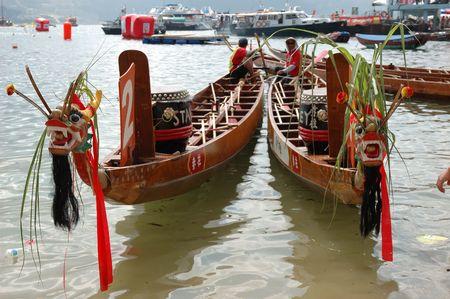 Deux bateaux dragon pr�t � courir