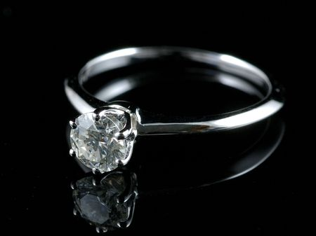 diamante negro: Anillo de diamantes con la reflexi�n aislada en fondo negro