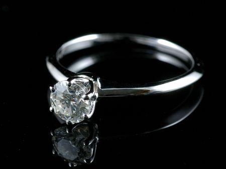 Diamond ring met reflectie in geïsoleerde zwarte achtergrond