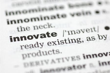 innoveren: Een close up van het woord innoveren uit een woordenboek