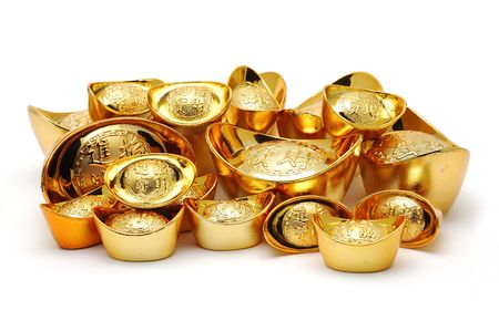 lingotto: Cinese di lingotto d'oro in ornamenti sfondo bianco isolato  Archivio Fotografico