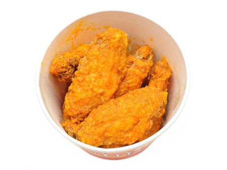 pollo frito: Cubo de picante caliente alas aisladas en fondo blanco Foto de archivo