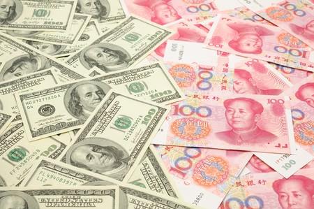 dollar bills: Sfondo di un centinaio di dollari US fatture vs Cina un centinaio di yuan fatture