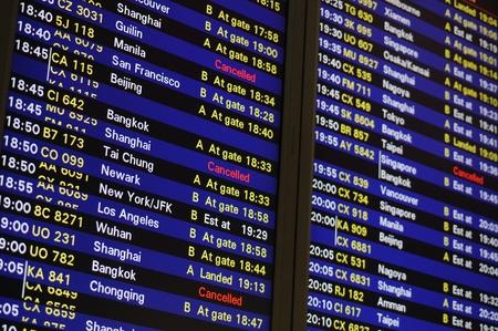 cronograma: Horario de vuelos en el panel de información del aeropuerto internacional de Hong Kong