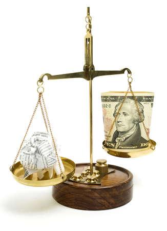 balanza en equilibrio: dinero en una balanza