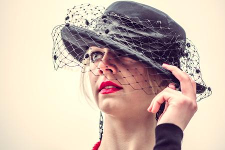 labios rojos: Se�ora joven muy sexy en el exterior vestido negro con labios rojos Foto de archivo