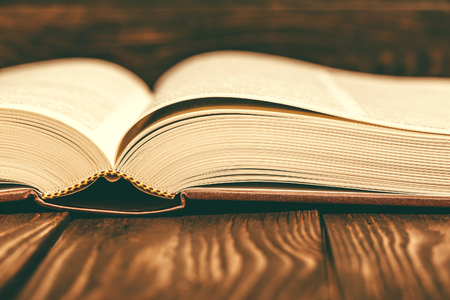 Staroświecki rocznika książka na drewnianym tle
