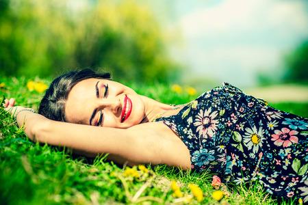 Девушка позирует лежа на траве фото фото 502-550