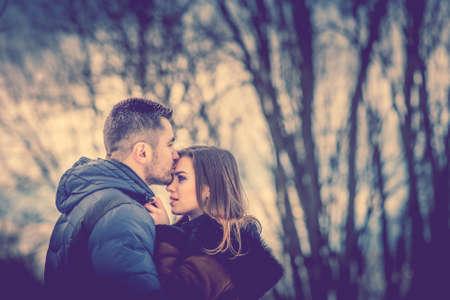 예쁜 커플 배경으로 자연과 야외