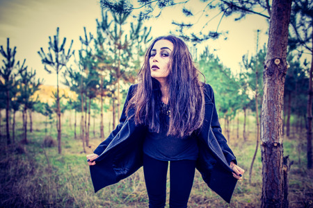 arboles secos: El pelo largo chica morena al aire libre con maquillaje miedo