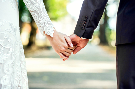 parejas caminando: Vista de cerca de matrimonio la mano Foto de archivo