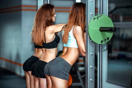 niñas bonitas: Tres muchachas bonitas ejercicio en el gimnasio