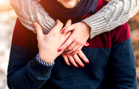manos entrelazadas: Bastante pareja de jóvenes al aire libre en el parque Foto de archivo