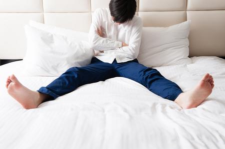 ベッドの上を患っている男性 写真素材