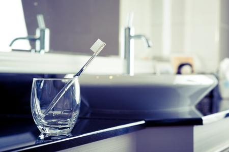agua grifo: cepillo de dientes