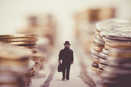 Empresario carretera caminar, un montón de dinero Foto de archivo - 46883639