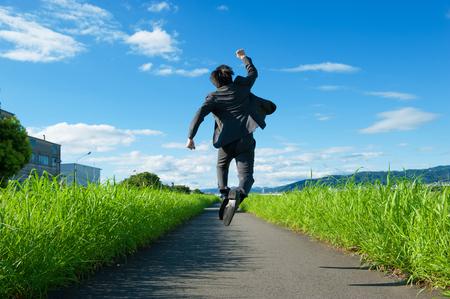 Van achter de zakenman om te springen