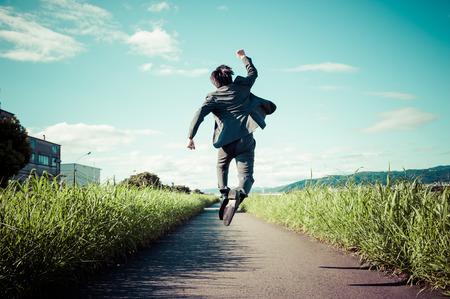 사업가 뒤에서 점프