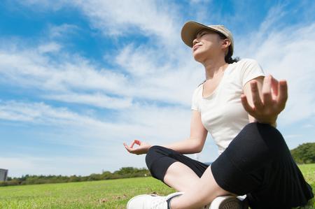 refrescar: Las mujeres que tienen una pose de yoga en el jardín