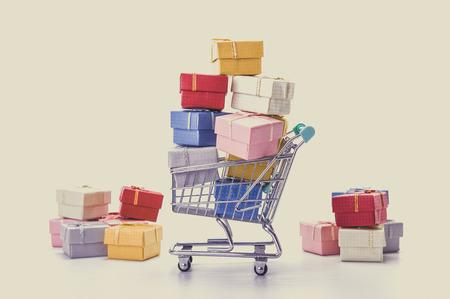 カラフルなギフト ボックス、スーパー マーケットのショッピングカート 写真素材