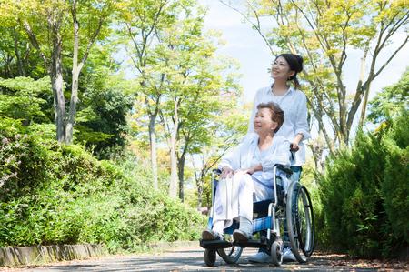 公園で車椅子に乗ってシニア